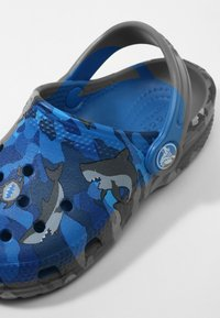 Crocs - CLASSIC SHARK CLOG CHILDREN  - Clogs - prep blue - 5