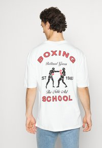 Revival Tee - BOXING SHORT SLEEVE - T-shirt z nadrukiem - white - 2