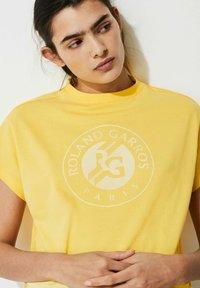 Lacoste Sport - Print T-shirt - gelb / weiß - 1