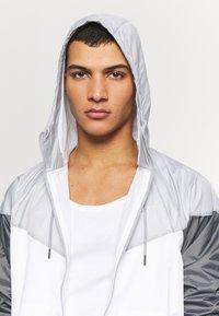 Nike Sportswear - Windbreaker - white/wolf grey/dark grey - 3