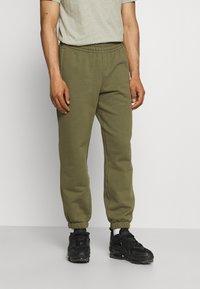 adidas Originals - BASICS UNISEX - Spodnie treningowe - olive cargo - 0