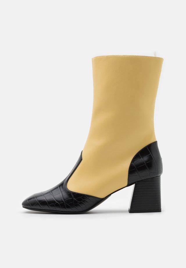 KEELY BOOT VEGAN - Korte laarzen - yellow/black