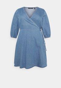 Vero Moda Curve - VMHENNA 3/4 WRAP SHORT DRESS - Denim dress - light blue - 0