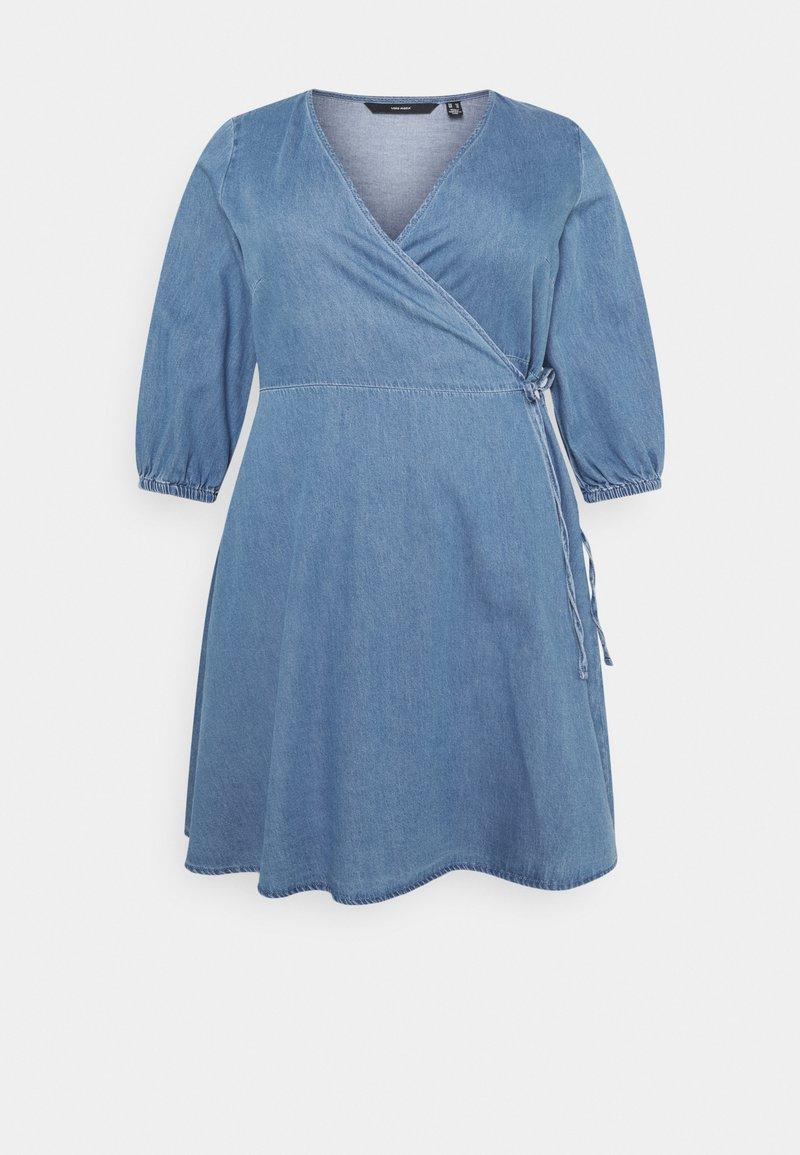 Vero Moda Curve - VMHENNA 3/4 WRAP SHORT DRESS - Denim dress - light blue
