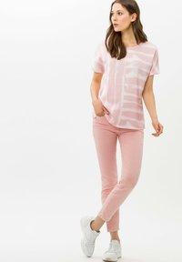 BRAX - STYLE CAELEN - Print T-shirt - rose - 1