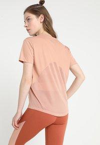Nike Performance - MILER  - Print T-shirt - rose gold/reflective silver - 2