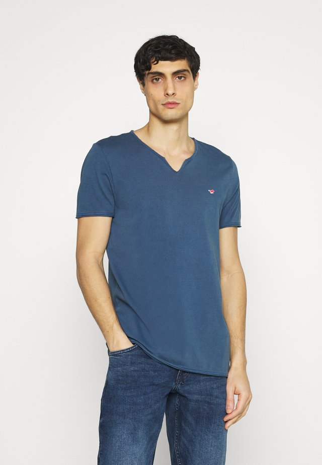 AARON SERAFINO - Jednoduché triko - ensigne blue