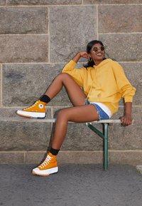 Converse - RUN STAR HIKE - Baskets montantes - saffron yellow/white/black - 1