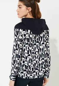 comma casual identity - MIT KAPUZE - Hoodie - ivory letter - 2