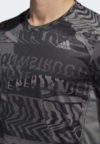 adidas Performance - OWN THE RUN GRAPHIC T-SHIRT - Triko spotiskem - grey/black - 5