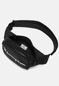 Champion - BELT BAG LEGACY - Taška spříčným popruhem - black - 3