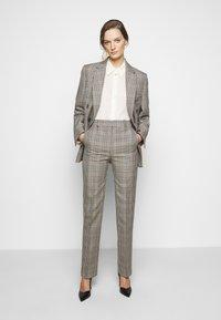 Victoria Victoria Beckham - DRAINPIPE CHECK TROUSER - Trousers - cream check - 1