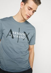 Armani Exchange - T-shirt med print - stormy weather - 3