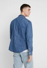 Levi's® - BATTERY SLIM - Overhemd - redcast stone mid flat - 2