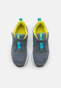 Nike Performance - REVOLUTION 5 UNISEX - Scarpe running neutre - smoke grey/chlorine blue/high voltage/white - 3