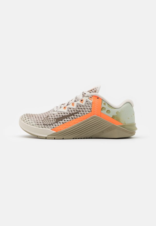 METCON 6 UNISEX - Obuwie treningowe - light bone/yukon brown/mystic stone/total orange