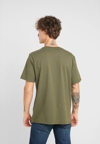 Levi's® - RELAXED GRAPHIC TEE - Camiseta estampada - 90's serif logo olive night - 2