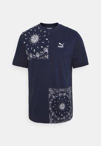 Puma - PATCHWORK TEE - Print T-shirt - peacoat - 0