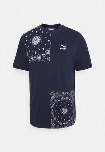 PATCHWORK TEE - Print T-shirt - peacoat