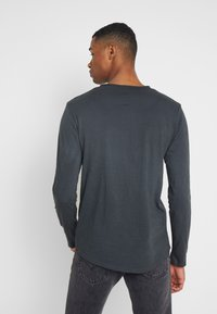 Shine Original - DYED AND WASHED OUT TEE - Langarmshirt - dusty black - 2