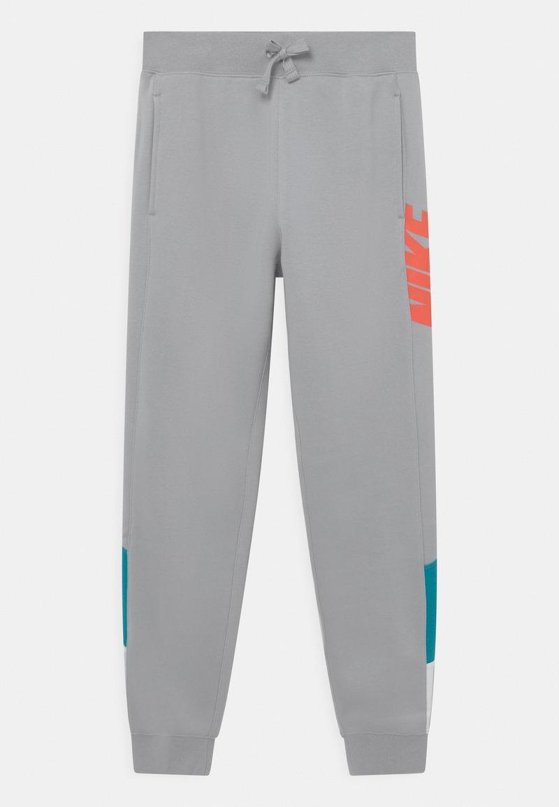Nike Sportswear - CORE AMPLIFY  - Pantaloni sportivi - wolf grey/aquamarine/white/turf orange
