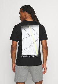 Calvin Klein Jeans - SKATER PHOTO NEON TEE - Print T-shirt - black - 2