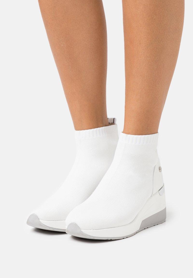 XTI - Sneakers hoog - white