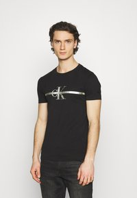 Calvin Klein Jeans - SEASONAL MONOGRAM TEE UNISEX - Print T-shirt - black - 0