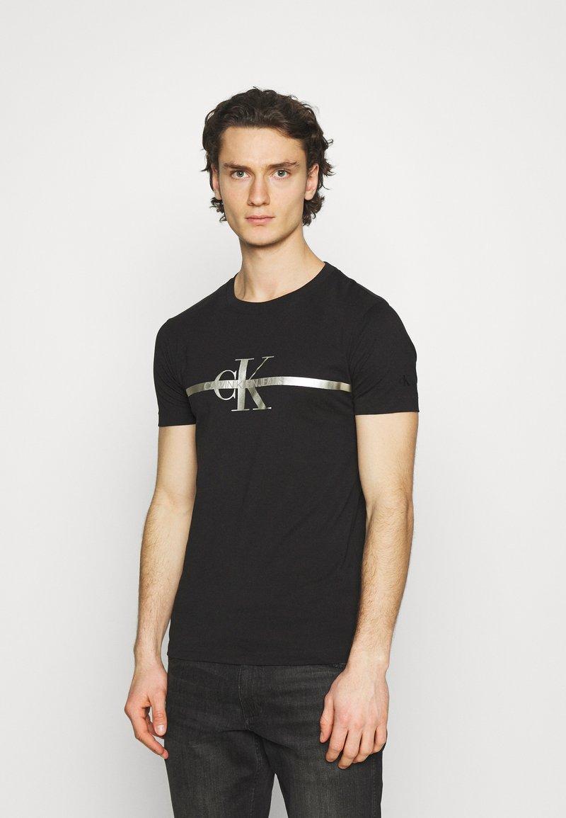 Calvin Klein Jeans - SEASONAL MONOGRAM TEE UNISEX - Print T-shirt - black