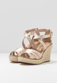 Dorothy Perkins - ROLLY ANKLE CHARM EDGE STAIN WEDGE - Sandály na vysokém podpatku - gold - 4