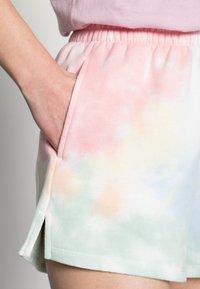 Abercrombie & Fitch - PRIDE SHORT - Shorts - light tie dye - 4