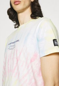 Redefined Rebel - FINN TEE - Print T-shirt - sun spring - 5