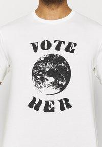Patagonia - VOTE HER - Printtipaita - white - 5