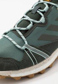 adidas Performance - TERREX SKYCHASER LT - Trail hardloopschoenen - legend earth - 5