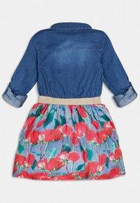 Guess - CHAMBRAY-KLEID BLUMENPRINT - Košilové šaty - mehrfarbig, grundton blau - 1