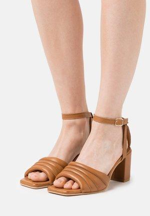 BERNE - Sandaalit nilkkaremmillä - tan