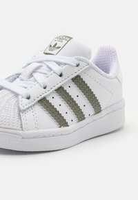 adidas Originals - SUPERSTAR UNISEX - Baby shoes - footwear white/legacy green/offwhite - 5