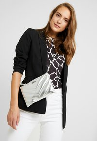 NA-KD - QUILTED - Clutch - silver - 1