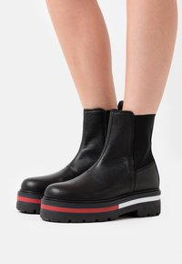 Tommy Jeans - FLAG OUTSOLE CHELSEA - Platform ankle boots - black - 0
