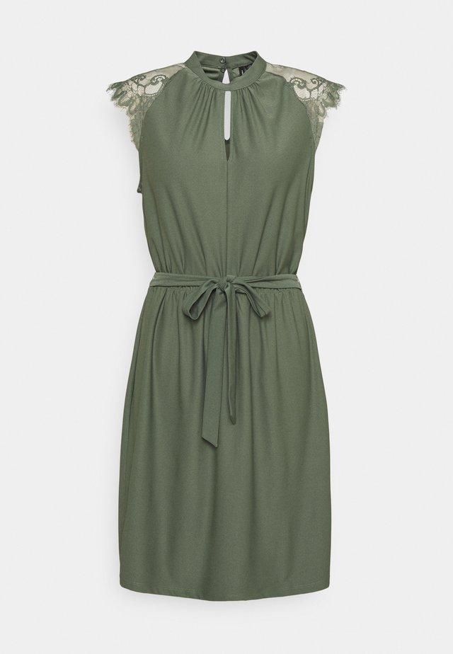 VMMILLA SHORT DRESS - Koktejlové šaty/ šaty na párty - laurel wreath