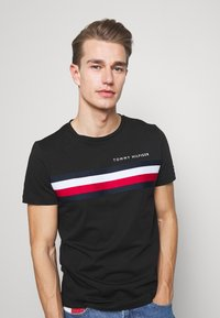 Tommy Hilfiger - GLOBAL STRIPE TEE - T-shirt z nadrukiem - black - 3