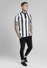 SIKSILK - T-shirt con stampa - black  white - 2