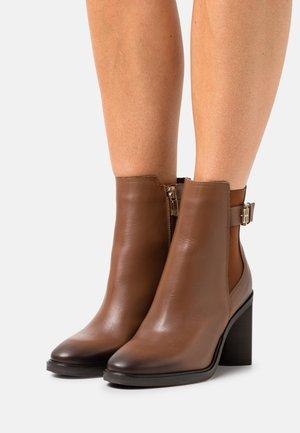 MONOGRAM HARDWARE BOOT - Classic ankle boots - winter cognac