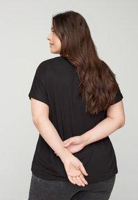 Zizzi - MIT RUNDHALS - Basic T-shirt - black - 2