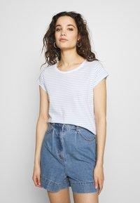 Mads Nørgaard - ORGANIC FAVORITE STRIPE TEASY - Print T-shirt - white/sky blue - 0