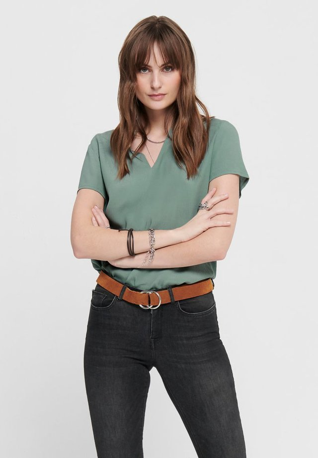 ONLMOLLY - Blusa - chinois green