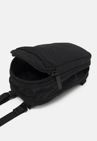 Calvin Klein - EXPANDABLE FLATPACK UNISEX - Taška spříčným popruhem - black - 3