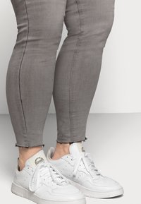 Missguided Plus - LAWLESS HIGHWAISTED SUPERSOFT - Jeans Skinny Fit - grey - 3