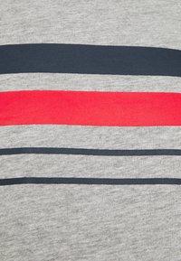 Newport Bay Sailing Club - CHEST STRIPE 2 PACK - T-shirt z nadrukiem - navy/grey marl - 5