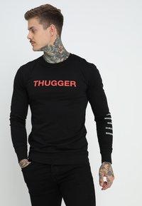 Mister Tee - THUGGER CHILDROSE CREWNECK - Sweatshirt - black - 2